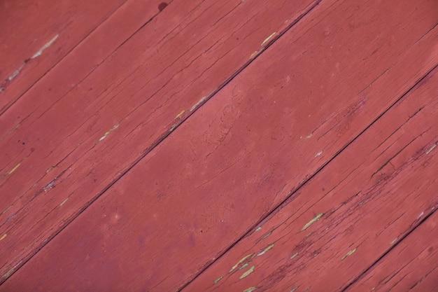 Textura de madeira vermelha coberta com tinta velha