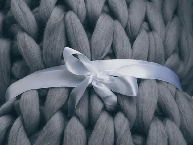 Textura de malha cinzenta de fio de lã merino.