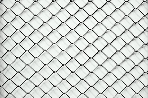 Textura de malha de arame em uma fileira, fundo branco