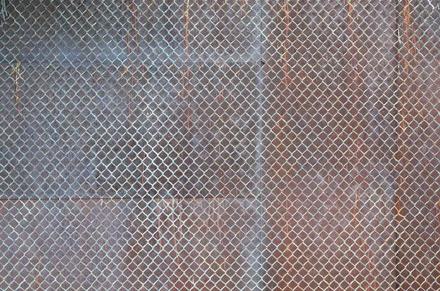Textura de metal com malha enferrujada closeup durante o dia ao ar livre
