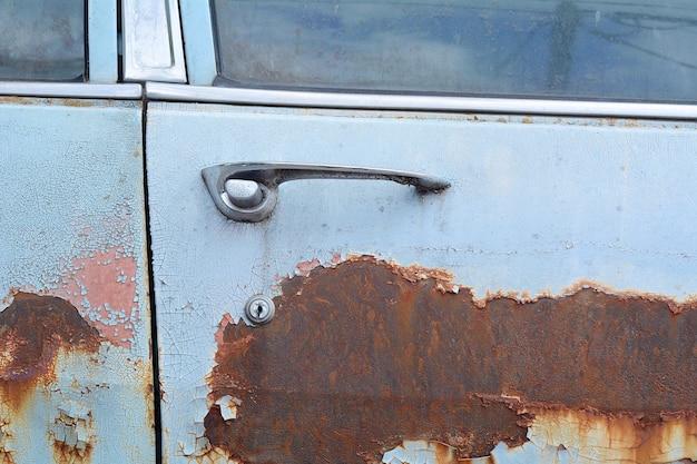 Textura de metal enferrujado colorido em um carro velho