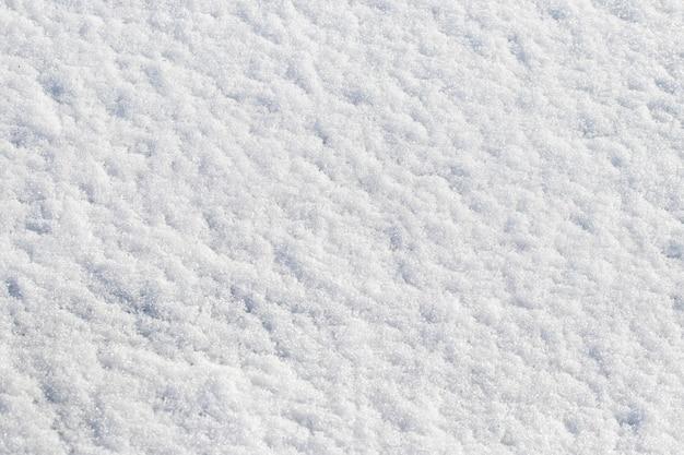 Textura de neve branca que se espalha uniformemente no solo