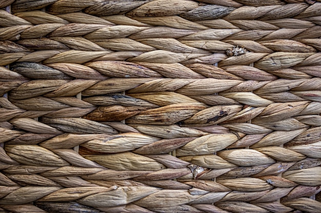 Textura de palha bege tecida, plano de fundo de tranças do close-up do caule da planta.