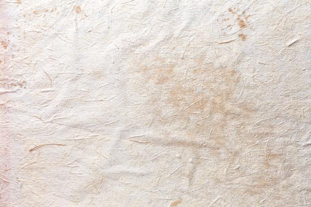 Textura de papel artesanal bege, fundo amassado. superfície branca vintage.