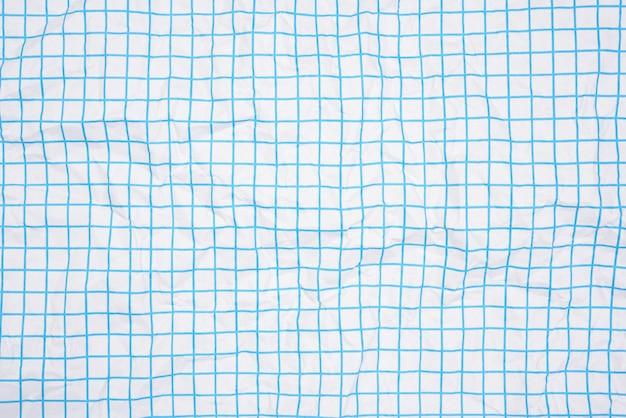 Textura de papel branco amassado em uma gaiola, linhas azuis, caderno escolar