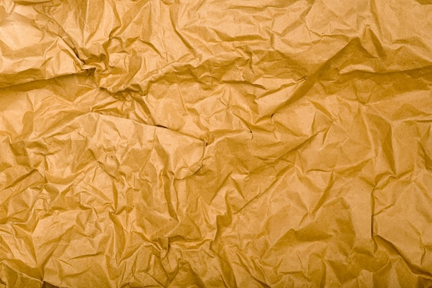 Textura de papel kraft enrugada. fundo vintage marrom natural