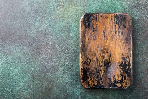 Textura de pedra concreta verde do fundo com placa de desbastamento de madeira velha. vista do topo.