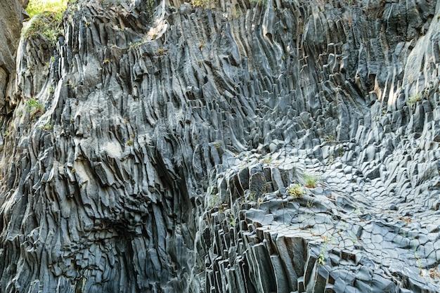 Textura de pedra vulcânica, desfiladeiro de alcantara formado pela lava do monte etna, ilha da sicília, na itália.