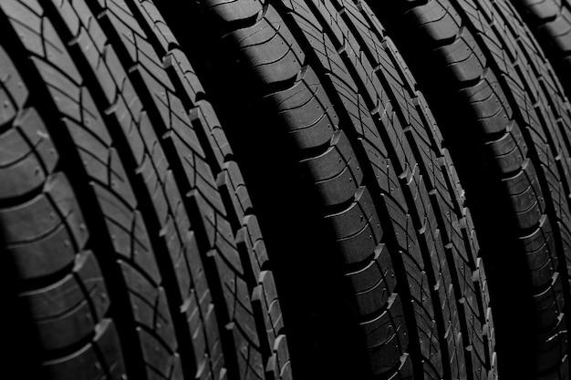 Textura de pneu novo no escuro para o fundo