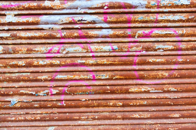 Textura de porta de ferro enferrujado grunge com listras e papéis velhos