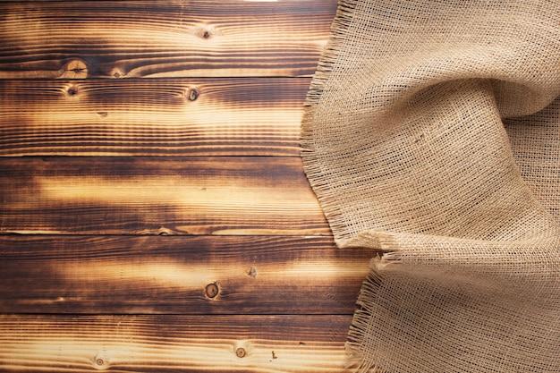 Textura de saco de juta de serapilheira na superfície do fundo de madeira