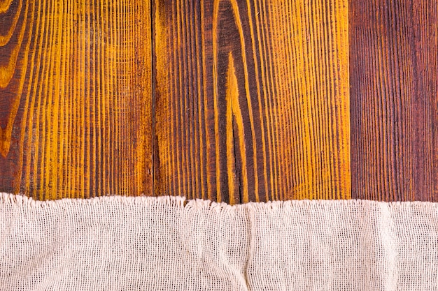 Textura de serapilheira no fundo da mesa de madeira.