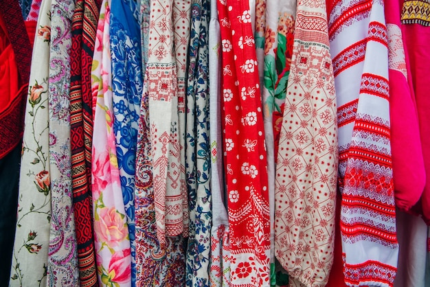 Textura de tecido de linho em tom vermelho para vestidos de fundo