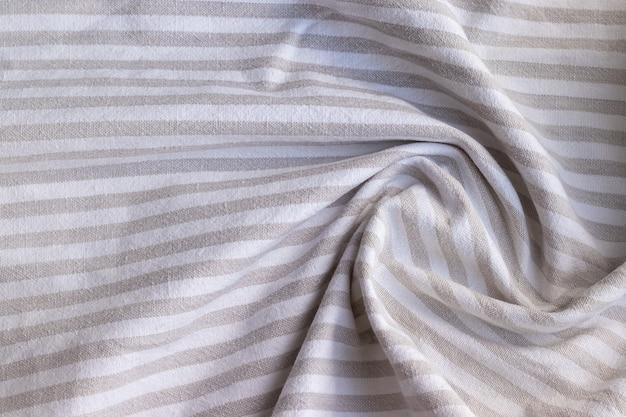 Textura de tecido de linho listrado cinza natural. fundo de matéria têxtil de serapilheira torcido amassado em bruto. foco seletivo