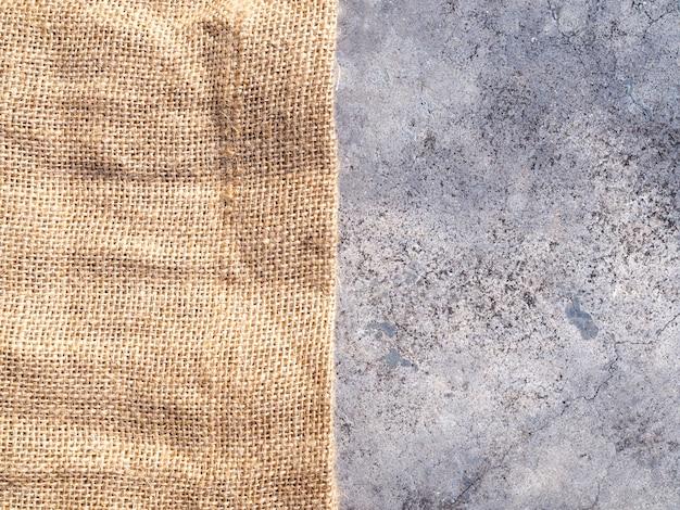 Textura de tecido de lona marrom com fundo de saco de carvão e concreto
