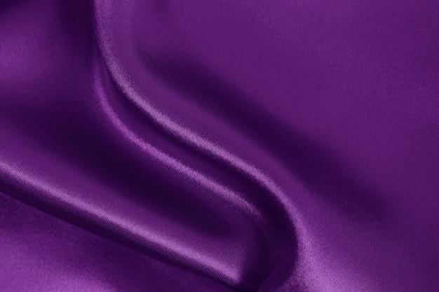 Textura de tecido roxo, padrão amassado de seda ou linho.