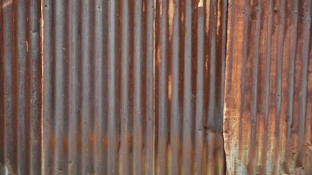 Textura de telhado de ferro galvanizado marrom velho e enferrujado