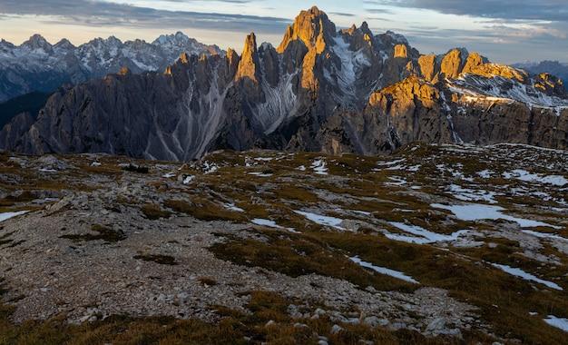 Textura de terra nos alpes italianos e a montanha cadini di misurina em segundo plano
