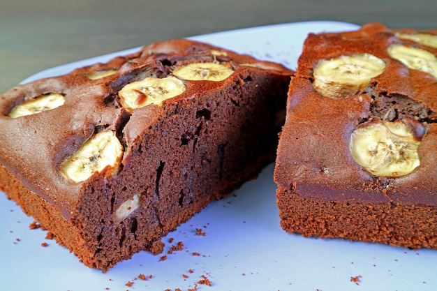 Textura de um bolo de banana de chocolate integral caseiro saboroso fresco assado