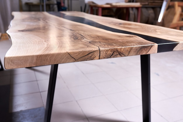 Textura de uma mesa de madeira com resina epóxi.