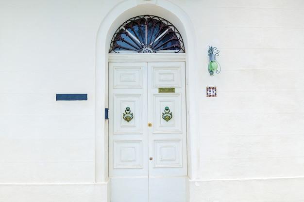 Textura de uma velha porta de madeira com puxadores de metal incomuns na ilha de malta