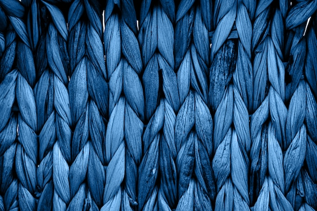 Textura de vime natural rústica em tons na cor monocromática azul clássica. fotografia macro de padrão trançado.