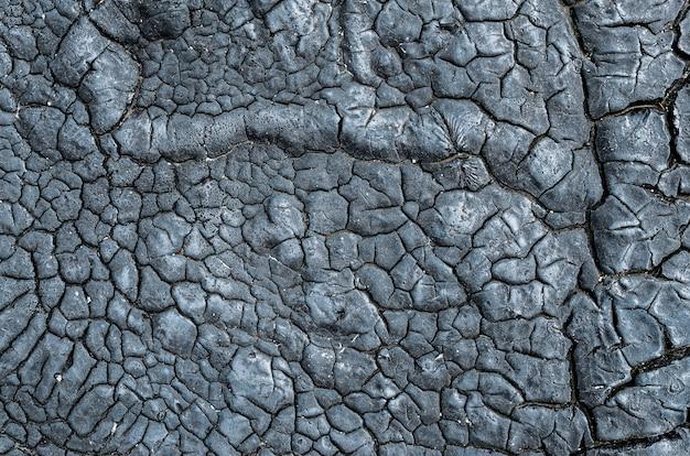 Textura do alcatrão seco, óleo combustível no telhado da estrutura industrial.
