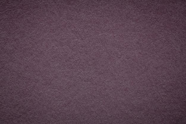 Textura do antigo fundo de papel vinho escuro, estrutura de papelão roxo denso