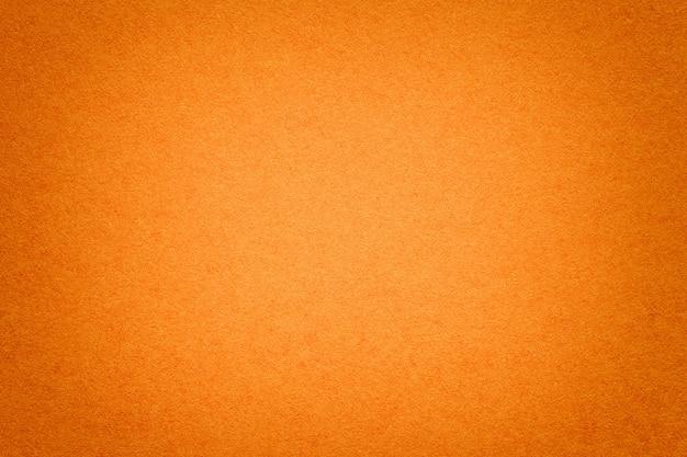 Textura do fundo de papel alaranjado velho, close up. estrutura de papelão denso.