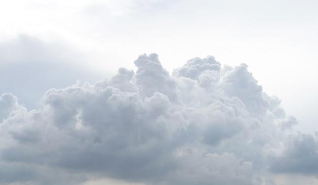 Textura e padrão de nuvem branca. céu suave e nuvens à luz do dia. fundo abstrato natural ao ar livre.