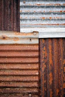 Textura galvanizada danificada velha e oxidada. textura grunge do metal oxidado velho com riscos e fundo das quebras, cor tonificada.