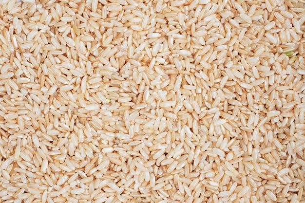 Textura grão longo cru de arroz integral. mesa de perto.