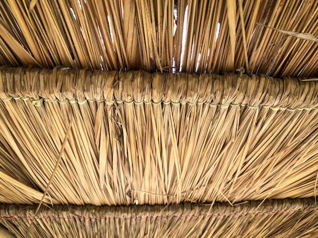 Textura grunge do telhado de pilha de feno de baixo