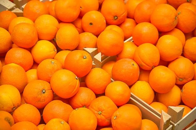 Textura laranjas: armazenamento das laranjas em caixas de madeira prontas para serem vendidas no mercado.