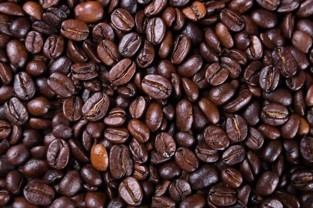 Textura marrom fresca dos feijões de café de torrado pronto para beber o close-up.