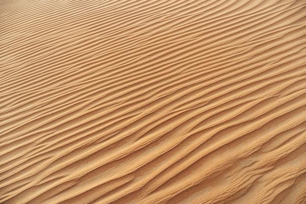 Textura ondulada de areia no deserto de dubai de perto