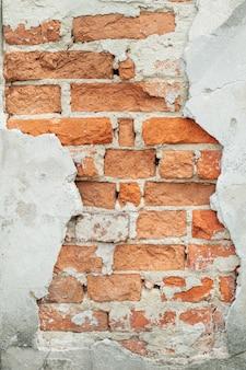 Textura rachada da parede de tijolo velha. superfície afligida pintada. brickwall largo sujo. fundo de stonewall vermelho de grunge.