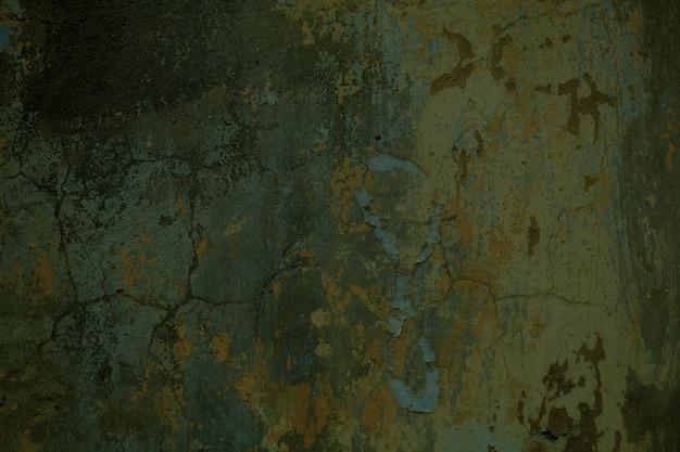 Textura velha danificada de parede suja e rachada com tinta suja e descamação e concreto exposto