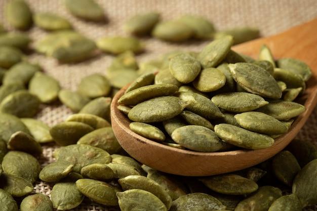 Textura verde macro das sementes de abóbora.