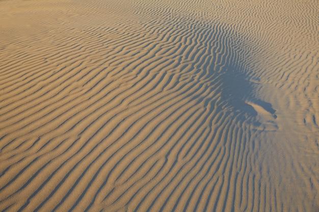 Texturas de ondas de areia em uma praia do mediterrâneo