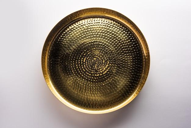 Thali vazio de forma oval ou redonda ou placa feita de latão, pital ou ouro sobre superfície branca