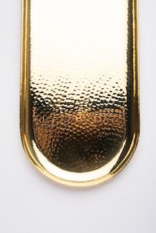 Thali vazio de forma oval ou redonda ou prato feito de latão, pital ou ouro sobre fundo branco
