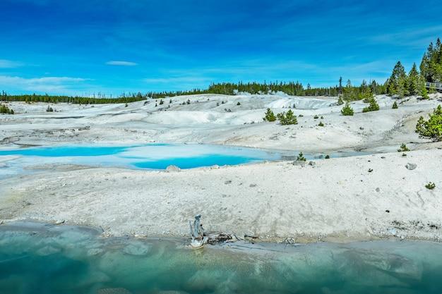 The midway geyser basin, uma das coloridas fontes termais de yellowstone