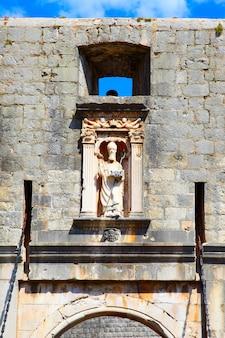 The pile gate com a estátua de st. blaise em dubrovnik, croácia