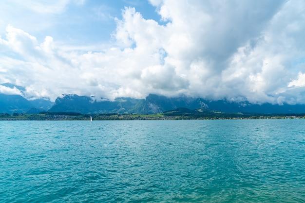 Thun lago com montanha na suíça