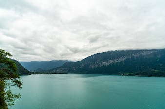 Thun Lago com nublado
