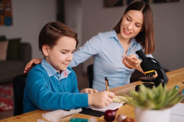 Tia e sobrinho fazendo lição de casa juntos