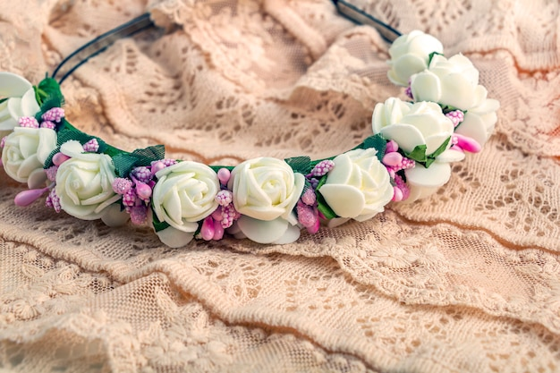 Tiara ou coroa de flores brancas e rosa feitas à mão.