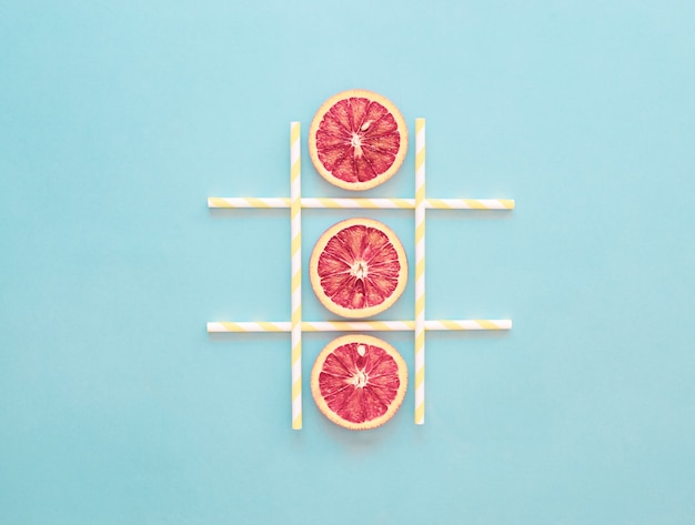 Tic-tac-toe jogo fatia de laranja, conceito de verão saudável, azul claro, minimalismo