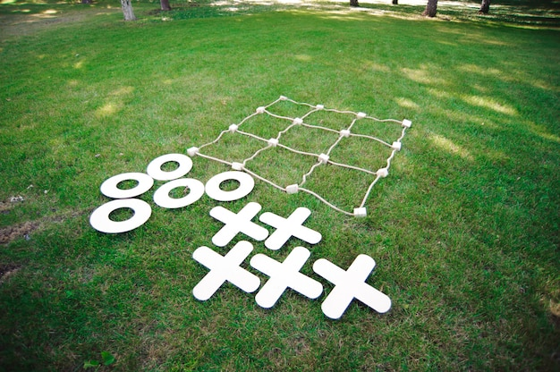 Tic tac toe jogo. jogo na grama verde